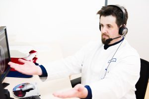 Dr. Lorenz Breuer führt ein Telekonsil durch.